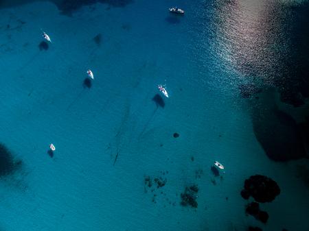 コルシカ島の素晴らしい入り江のボートの空中写真 写真素材
