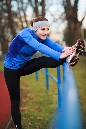 Young woman stretching before her run Banque d'images