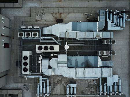 近代的な建物の上にエアコン設備