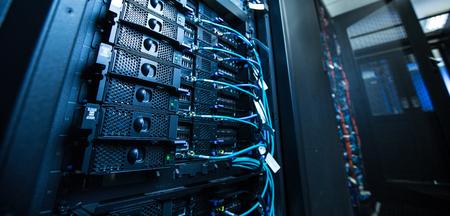 Serwerownia sieciowa z serwerami / wysokowydajnymi komputerami obsługującymi procesy