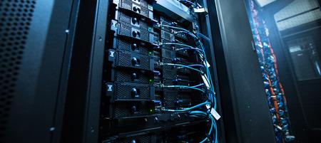 Sala de servidores de red con servidores / computadoras de alto rendimiento que ejecutan procesos Foto de archivo