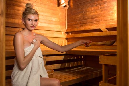 Mujer joven, relajante, en, un, sauna