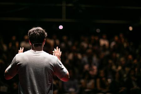 Ponente dando una charla sobre Business Conference empresarial. Audiencia en la sala de conferencias. Evento Empresarial y Emprendimiento.