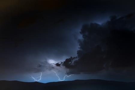 Storm woedt in de bergen met bliksem en donder
