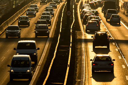 Zwaar stadsverkeer / congestieconcept - auto's rijden heel langzaam in een verkeersopstopping tijdens de ochtendspits