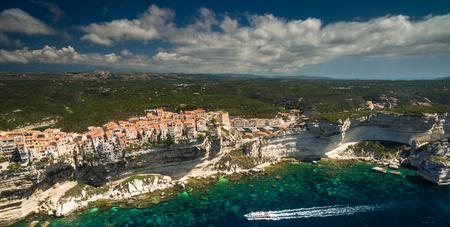 Luftaufnahme der Altstadt von Bonifacio, der Kalksteinfelsen, Südküste der Insel Korsika, Frankreich Standard-Bild