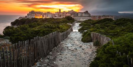 Sonnenuntergang und Sturm über der Altstadt von Bonifacio, der Kalksteinfelsen, Südküste der Insel Korsika, Frankreich