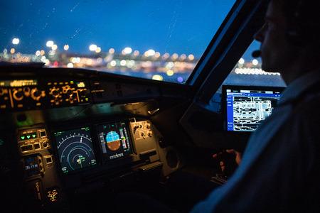 Cockpit de vol d'un avion de ligne commercial pendant le décollage