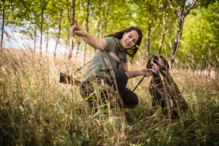 Autumn hunting season. Hunting. Outdoor sports. Woman hunter in the woods 版權商用圖片 - 117081193