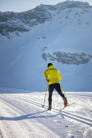 Cross-country skiing: young man cross-country skiing on a winter day Banque d'images - 117079158