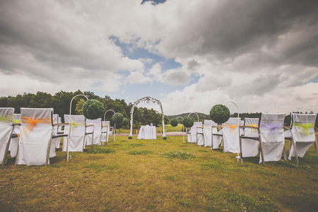 Tables and chairs in a lovely outdoor wedding venue 스톡 콘텐츠