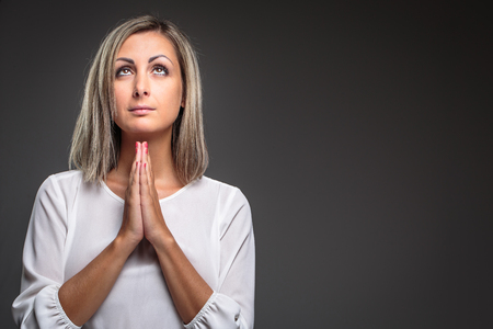 Praying Woman - woman praying to her God for the good health and prosperity of her family Imagens - 118590273