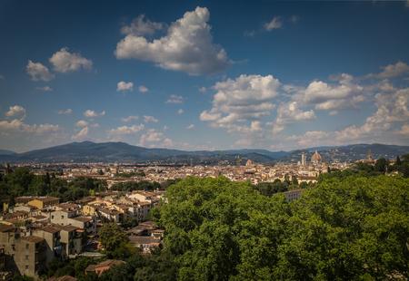 Beautiful Florence city skyline with Florence Duomo. Panorama of Florence, Italy Stockfoto - 120121857