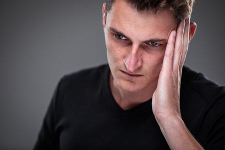 Paura/ansia/rimpianto/incertezza in un giovane uomo - effetti di una situazione di vita difficile - concetto di emozioni vivide