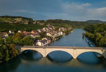 Eglisau - Splendide ville historique de la Suisse suisse sur les rives du Rhin Banque d'images