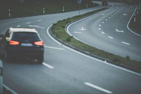 Auto's op een snelweg 's nachts (ondiepe DOF; kleur getinte afbeelding) Stockfoto