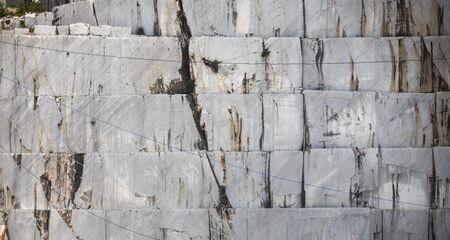 Haute montagne de pierre et carrières de marbre dans les Apennins en Toscane, Carrare Italie. Exploitation de marbre à ciel ouvert.