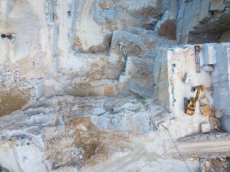 Canteras de piedra y mármol de alta montaña en los Apeninos en Toscana, Carrara Italia. Minería de mármol abierta.