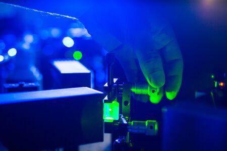 Láseres en un laboratorio de óptica cuántica: investigadores que realizan experimentos con láseres Foto de archivo