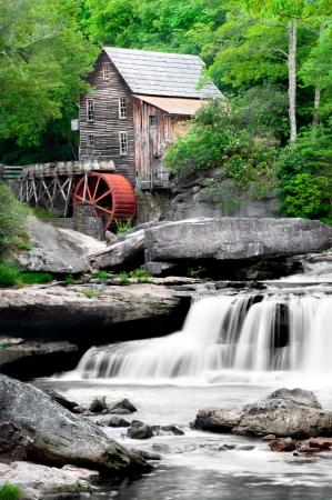 molino de agua: La bella hist�rico Glade Creek Grist Mill despu�s de las lluvias de la primavera. Situado en el parque estatal Babcock, Virginia Occidental  Foto de archivo