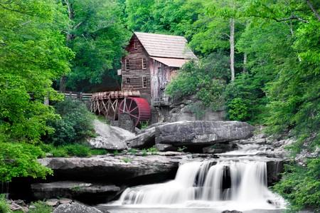 grist: La bella storico Glade Creek Grist Mill dopo piogge di primavera. Situato nel Parco statale di Babcock, West Virginia