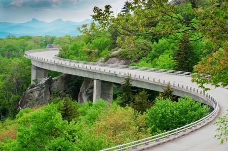 flyover: Het viaduct van Linn Cove. Een deel van de Blue Ridge Parkway, in de buurt van grootvader berg, North Carolina.  Stockfoto