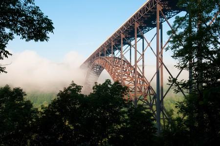 bungee jumping: Bella vista de la New River Gorge Bridge en Virginia Occidental. El puente de arco de acero m�s grande del hemisferio occidental