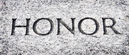 valores morales: La palabra honor tallada en piedra