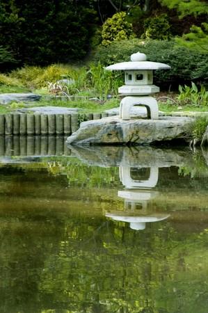 Pagode in een Japanse zen-tuin  Stockfoto