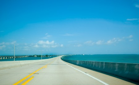 Road over beautiful blue water in the Florida Keys Stockfoto