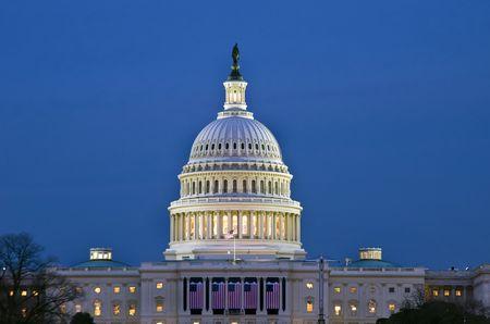 De Verenigde Staten Capitol Building bij zons ondergang.