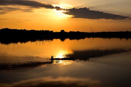visboer: visboer in zijn traditionele boot bij zonsopgang Stockfoto