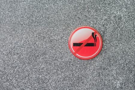 prohibido fumar: Muestra de no fumadores en la pared de mármol