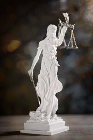 Statue of Lady Justice with soft focus and bokeh 版權商用圖片