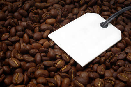 Close-up of a bunch of roasted coffee beans. Horizontal image with label for your individual text. Standard-Bild