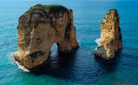 rock formation in the sea - Pigeons Rock / Sabah Nassar's Rock / Raouche in Beirut, Lebanon Foto de archivo