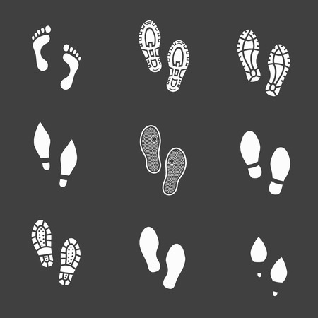 huellas: Conjunto de huellas y huellas de calzado iconos que muestran los pies desnudos en blanco que muestra los pies descalzos y la impronta de las plantas con los diferentes patrones de macho y hembra calzado con botas de zapatos y tacones altos Vectores