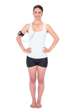 armband: Modello snello allegra indossando la fascia tenere il lettore mp3 mentre posa su sfondo bianco