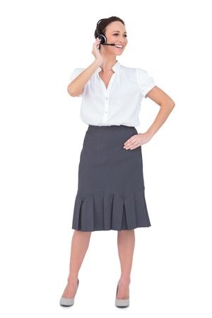 call center agent: Allegro intelligente agente di call center che lavora mentre posa su sfondo bianco Archivio Fotografico