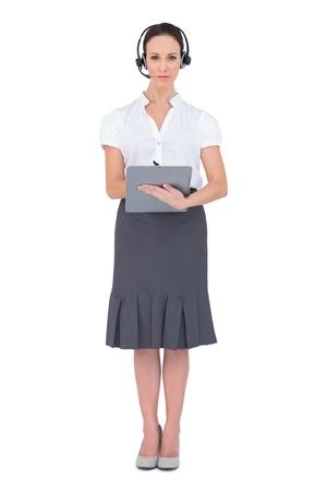 call center agent: Agente di call Serious centro possesso di appunti mentre posa su sfondo bianco