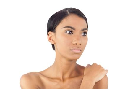 Doordachte aantrekkelijk model poseren op een witte achtergrond