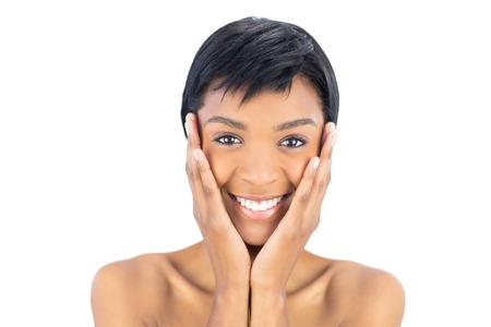 mujeres negras desnudas: Alegre mujer de pelo negro posando con la cabeza en el fondo blanco