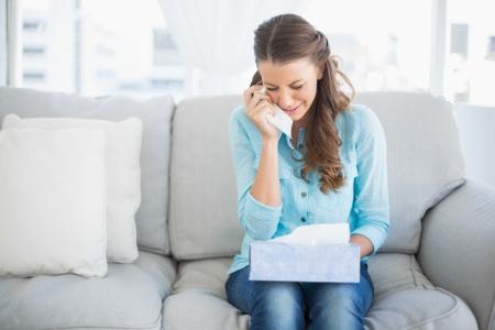 desolaci�n: Malestar mujer llorando sentada en el sof� en sala brillante