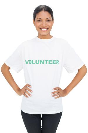 白い背景にポーズをとってボランティア t シャツを着て幸せモデル