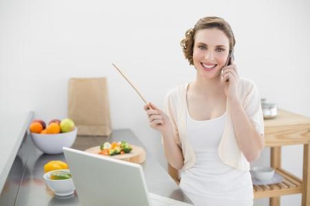 Lächelnd Schöne Frau Telefonieren Im Stehen In Der Küche Vor Ihrem ...