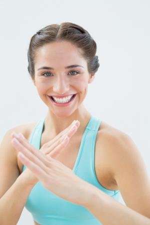 defensive posture: Close up retrato de una mujer joven del ajuste en la defensa de la postura contra el fondo blanco