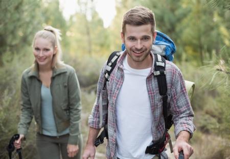 フィットの若いカップルが田舎で緑豊かなエリアを探索 写真素材