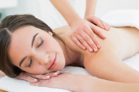 masajes relajacion: Primer plano de una mujer hermosa que disfruta de masaje en el spa de belleza Foto de archivo