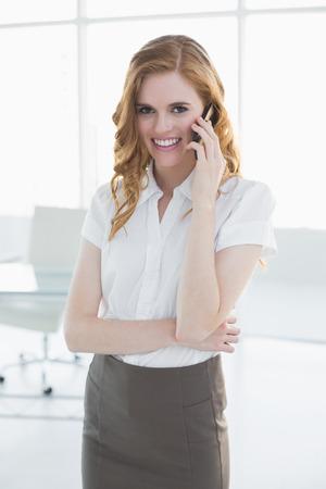 c4dcf033b Empresaria Elegante Vestida Con Falda Y Camisa Hablando De Negocios ...