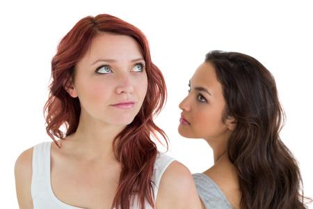 not talking: Infelice giovane amiche non parlare dopo discussione su sfondo bianco